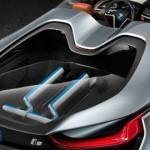 BMW i8 Concept Spyder, un auto que lleva dos scooter en la parte trasera