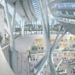Estación de trenes ecológica con techo para circular peatones