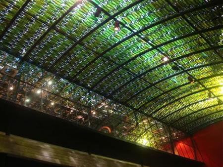 Botellas de vino en el techo