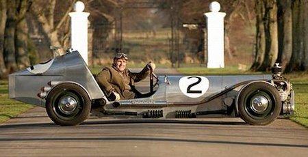 Hombre construye un interesante automóvil