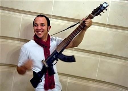 AK-47 convertido en guitarra eléctrica