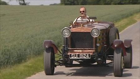 Lujoso y viejo auto de carreras hecho a partir de chatarra