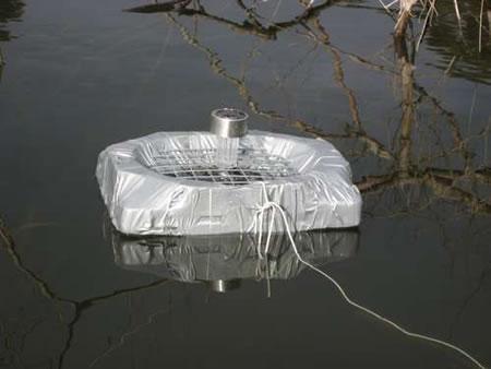 Alimentador para peces que atrapa insectos vivos y funciona con energía solar