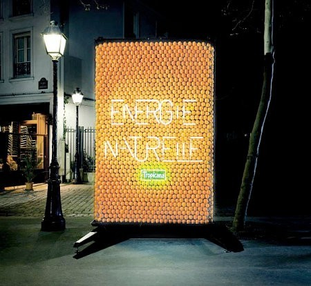 Cartel eléctrico alimentado por naranjas