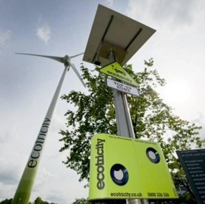 En el Reino Unido está el primer cargador de vehículos eléctricos que usa energía solar y eólica