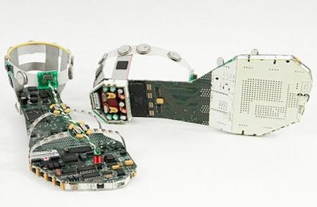 Sandalias hechas de partes de computadoras