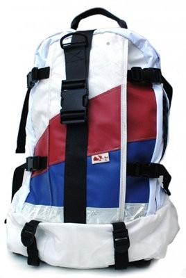 MariClaro crea mochilas a partir de airbags