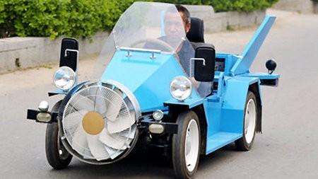 Granjero de China construye su propio automóvil ecológico y eólico