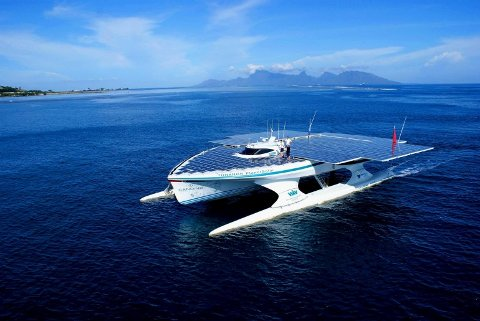 El bote solar más grande del mundo completa su primer viaje
