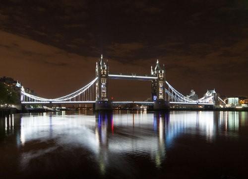 El Tower Bridge es decorado con luces LEDs por el Jubileo de diamante de la Reina