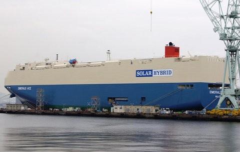 Emerald Ace, un buque híbrido de carga que usa energía solar