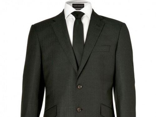 Marks & Spencer presenta un traje ecológico hecho con materiales reciclados