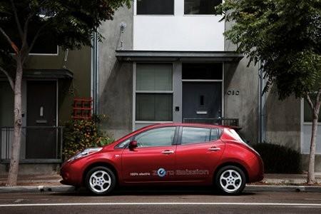 Nissan dona coches eléctricos y estaciones de carga a la Universidad de Tennessee Central