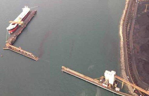 Barco lleno de carbón se estrella en Vancouver