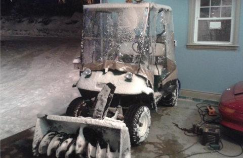 Carrito de golf transformado en máquina para limpiar la nieve