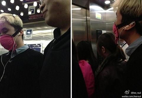 Hombre en China usa un sujetador rosado como tapabocas