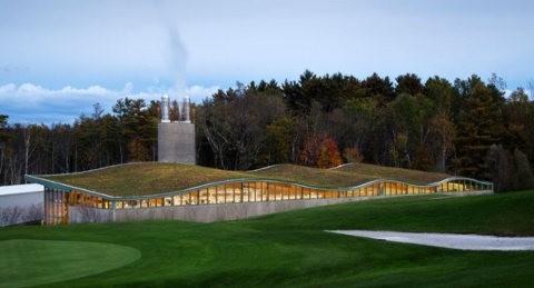 Un colegio de Estados Unidos usa un quemador de biomasa para volverse ecológico