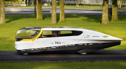El primer auto solar para toda la familia