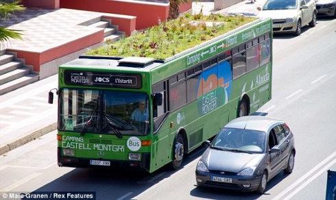 Genial autobús con plantas en su techo