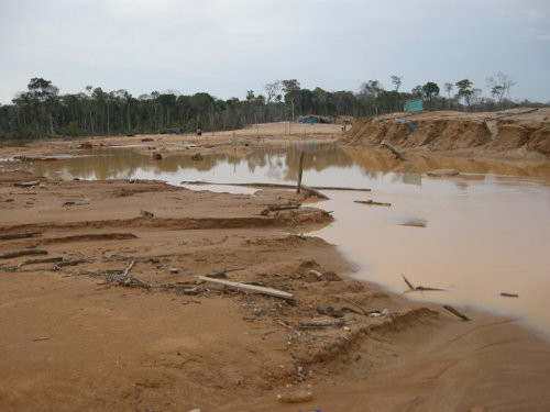 Las minas de oro ilegales destruyen la selva amazónica