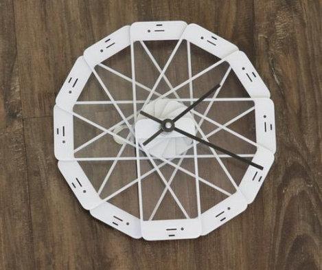 Mira este reloj hecho con iPhones reciclados