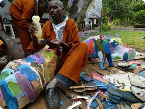 Chinelas/chancletas son recicladas y convertidas en animales