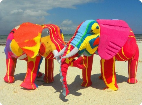 Chinelas chancletas son recicladas y convertidas en animales