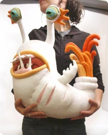 Monstruos de peluche hechos con materiales reciclados