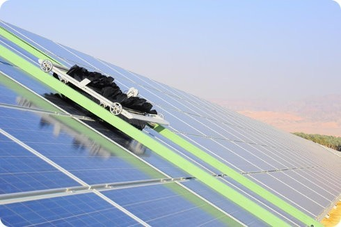 Robots limpian paneles solares sin usar agua