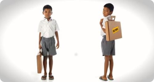 Cajas son recicladas en mochilas-escritorio para escolares