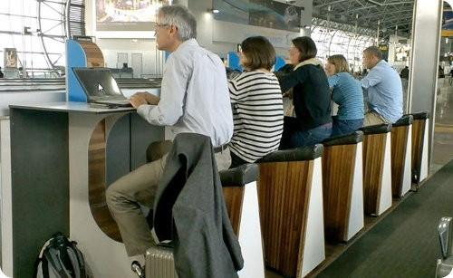 Estaciones de recarga de dispositivos en el aeropuerto de Amsterdam