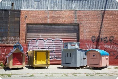 Un artista construye pequeñas casas para gente sin hogar
