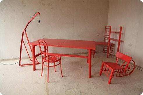 Un diseñador recicla sus muebles cada vez que se muda
