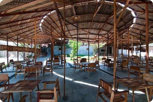 Tienda de café hecha con madera reciclada y materiales locales