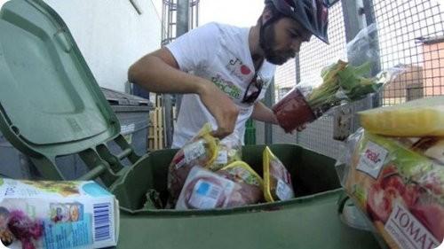Un hombre viaja por toda Europa alimentándose de los tachos de basura