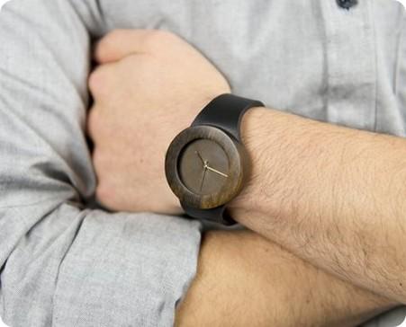Relojes hechos con madera reciclada