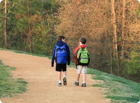 Caminar a la escuela: un gran beneficio para los niños