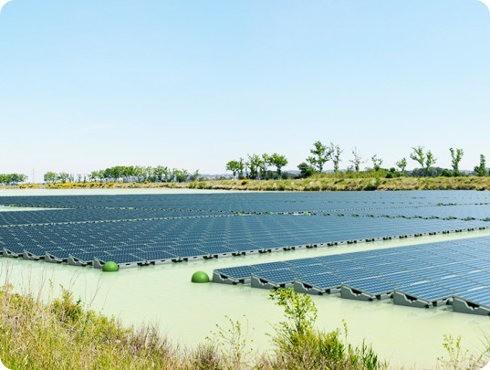 Reino Unido inaugura su primera granja solar flotante