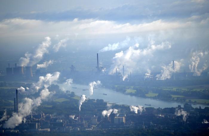 Fábricas emitiendo carbono