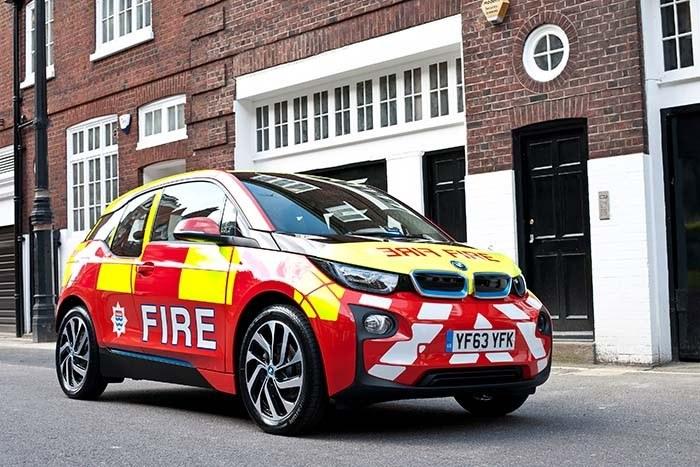 Coche BMW i3 en bomberos