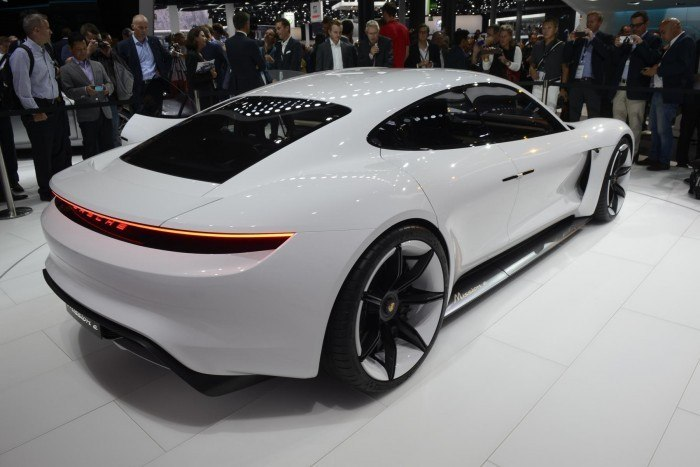 Porsche: En busca de un camino eco-amigable invirtiendo en su primer coche eléctrico