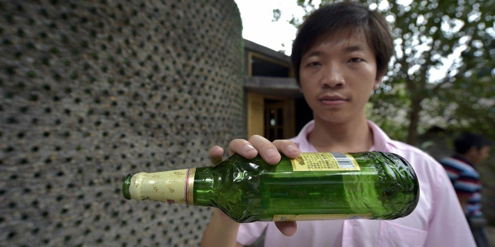 Li, el creador de la casa con botellas en china