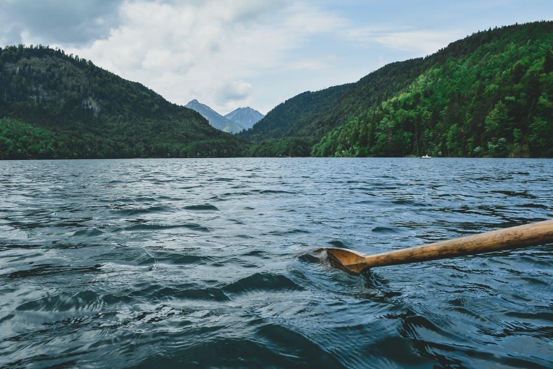 fotos paisajes hermosos y verdes del mundo - 09: una persona rema en el medio de un lago rodeado por una vegetación verde