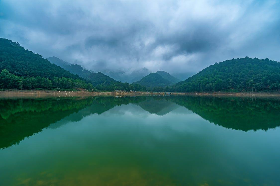 Dia de tormenta sobre la selva, que luce como un espejo gracias al lago que la rodea