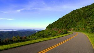 Carretera sobre bellas montañas recorriendo una exhuberante selva tropical