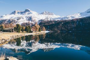 La nieve lo adorna todo junto al lago que luce como un espejo de este bello paisaje natural
