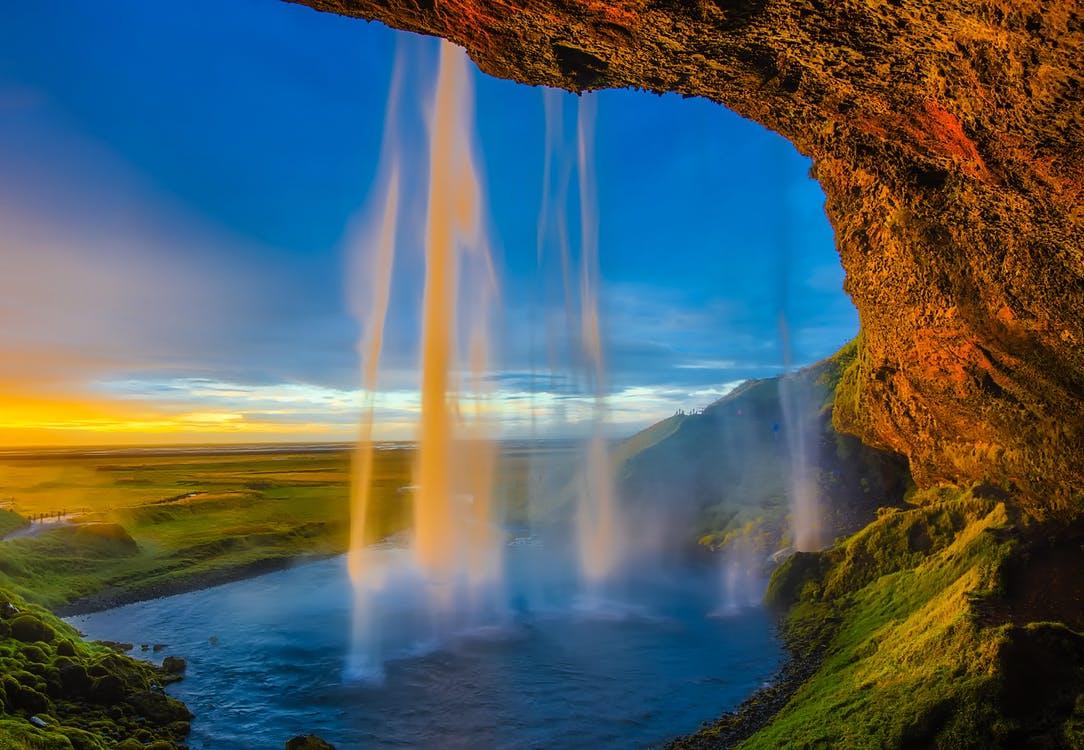 Una cascada nos muestra su caer ante la mirada atenta de un sol que se esconde, bella muestra de los recursos naturales de la tierra