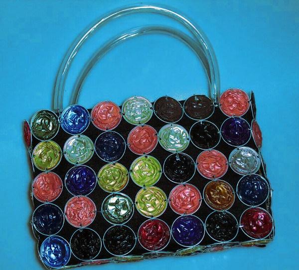 bolso hecho con capsulas, un claro ejemplo creativo del reciclaje hecho con cápsulas de café