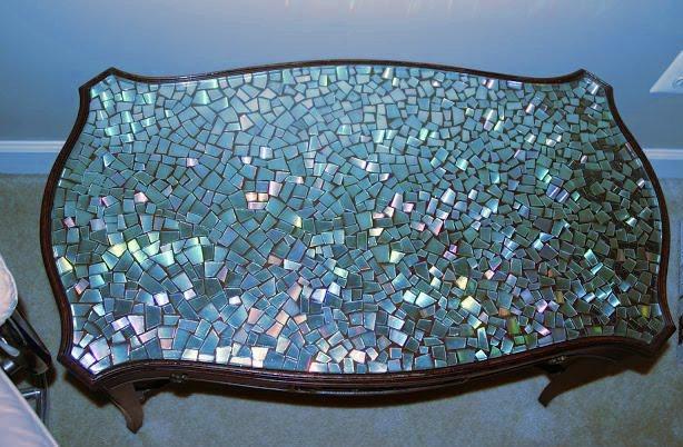 mesa hecha con trozos de cds