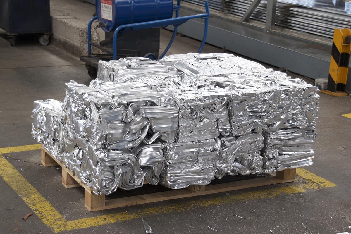 Bloque de aluminio listo para fundirse y reciclarse en nuevos productos